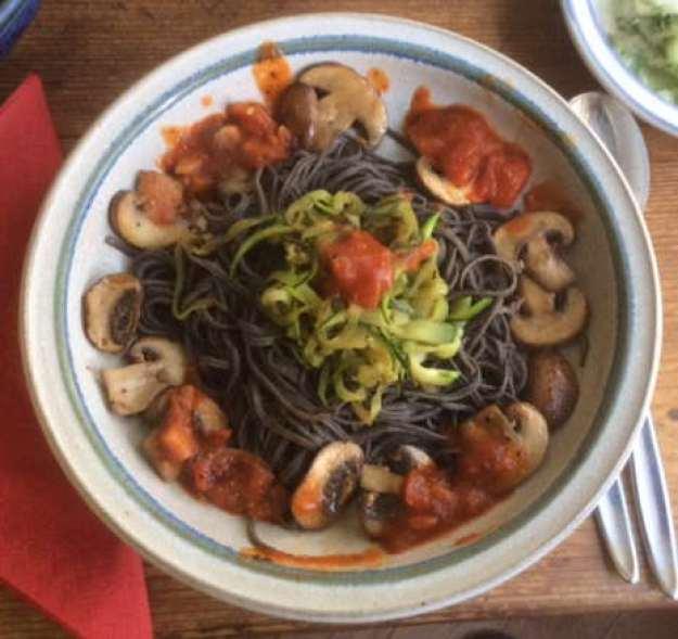 Black Beans Spaghetti,Zucchini Spaghetti,Champignons,Tomatensauce,Gurkensalat  (2)