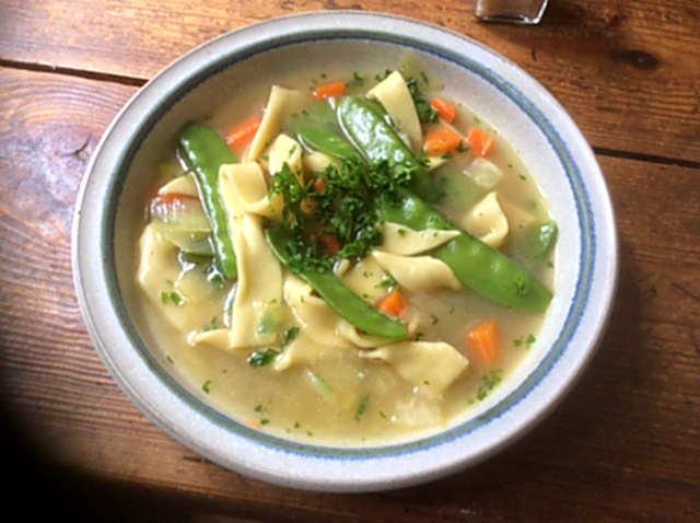 18.4.16  -  Gemüsesuppe ,selbstgemachte Nudeln (14)