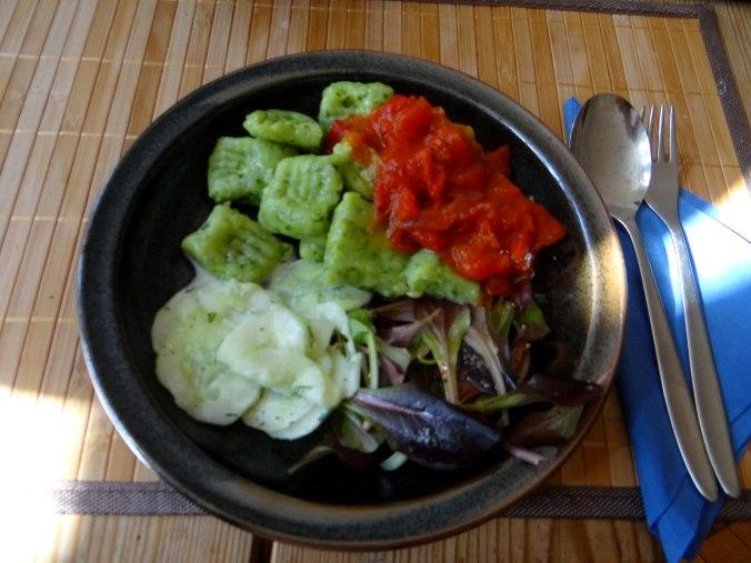 Bärlauchgnocchis,Tomatensugo,Salate (1)