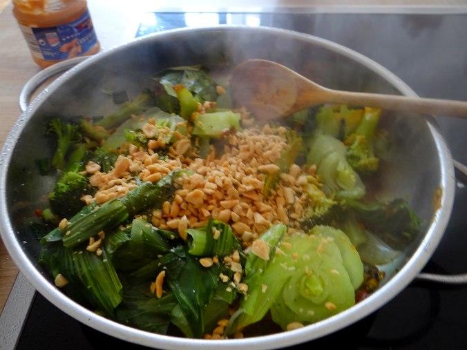 Brokkoli mit Erdnüssen und Glasnudeln (21)