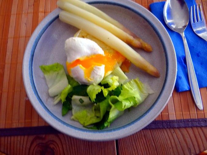 Kartoffel-Pastinaken Stampf,Kalbsleber,Spargel,pochiertes Ei,Endivien Salat (2)