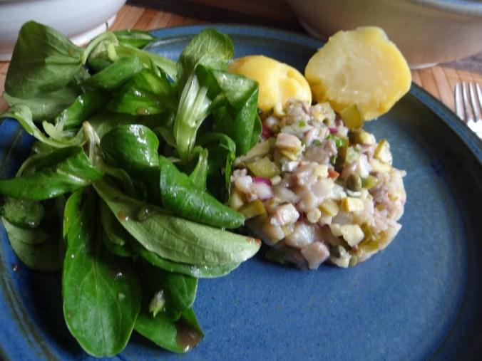 Matjes Tatar,Salate,Pellkartoffeln (1)