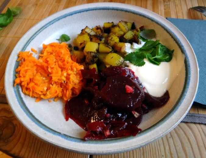 Rohgebratene Kartoffeln,Möhrensalat,Rote Bete Salat (17)