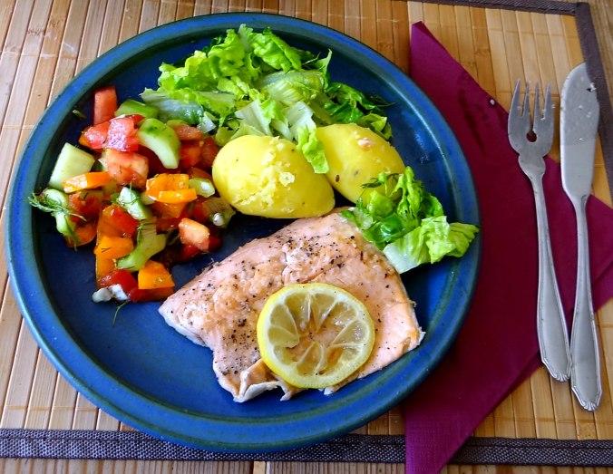 Lachsforelle,bunter Salat,Römersalat,Pellkartoffeln,pescetarisch (2)