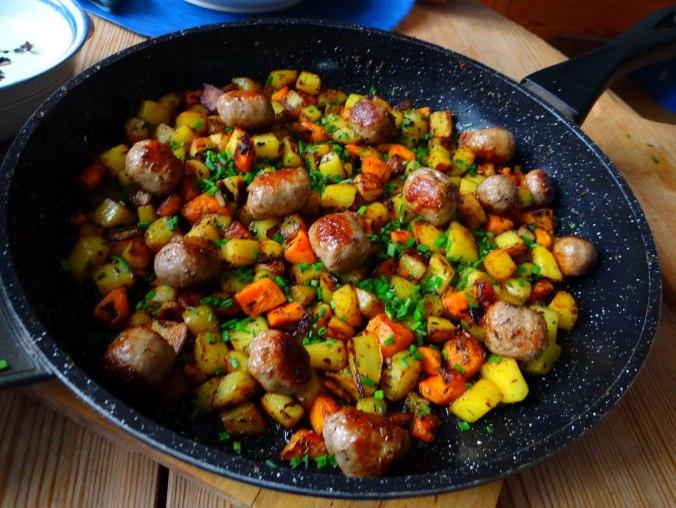 Rohgebratene Kartoffeln,Hackbällchen,Dip,Feldsalat (4)
