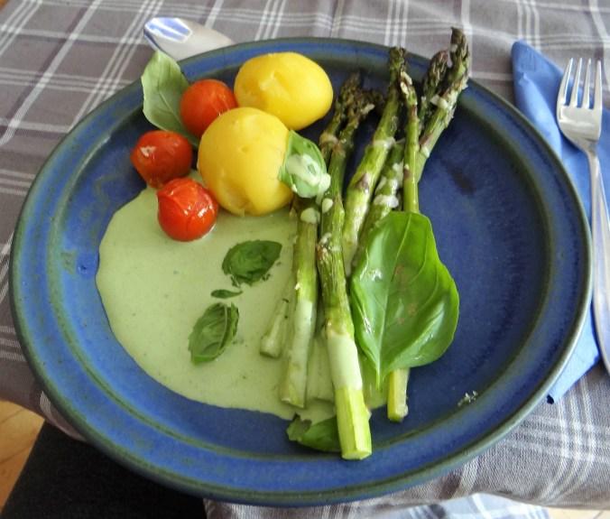 Grüner Spargel,Quarksößchen,Pellkartoffeln (1)