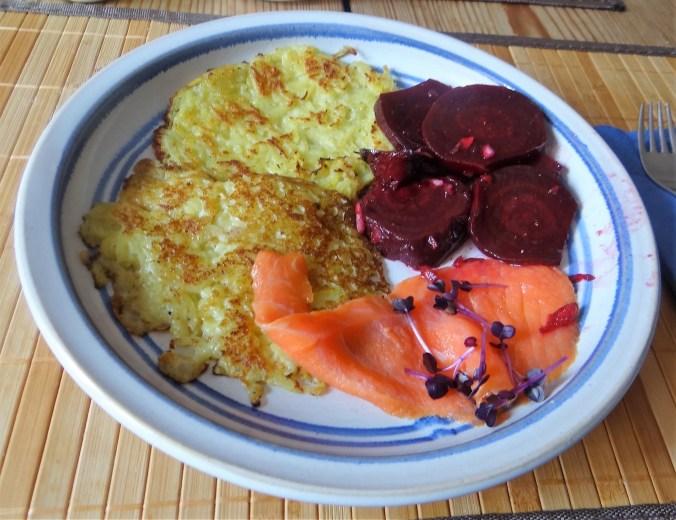 Kartoffelpuffer,Lachsforelle,Rote Beete Salat (15)