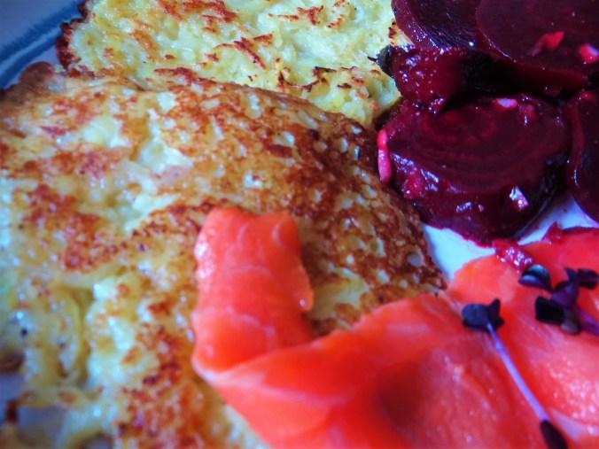 Kartoffelpuffer,Lachsforelle,Rote Beete Salat (3)