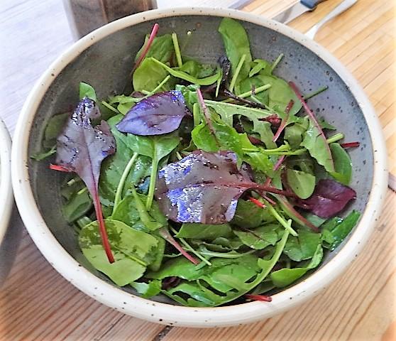 Gefüllte Eierpfannkuchen und Salate (11)