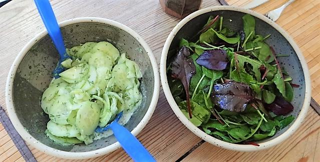 Gefüllte Eierpfannkuchen und Salate (13)