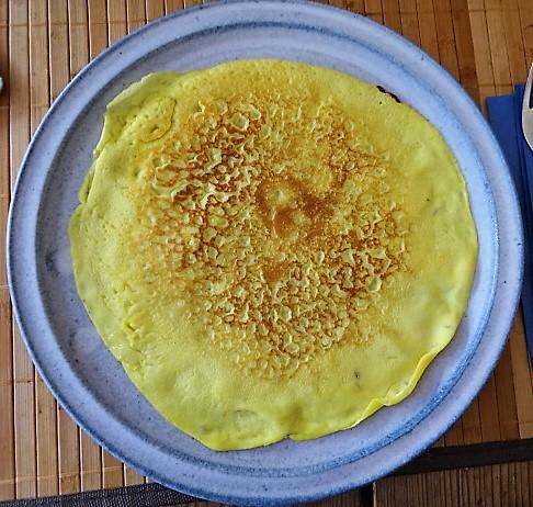 Gefüllte Eierpfannkuchen und Salate (16)