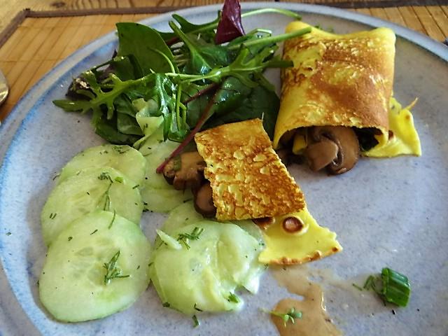 Gefüllte Eierpfannkuchen und Salate (2)
