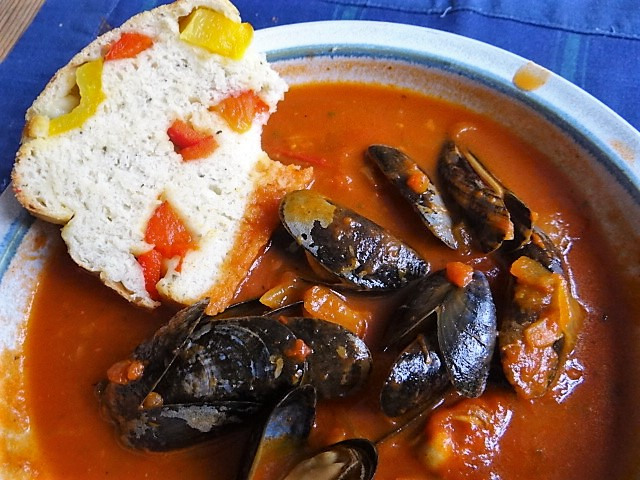 Muscheln in Tomatensauce und Paprikabrot (3)
