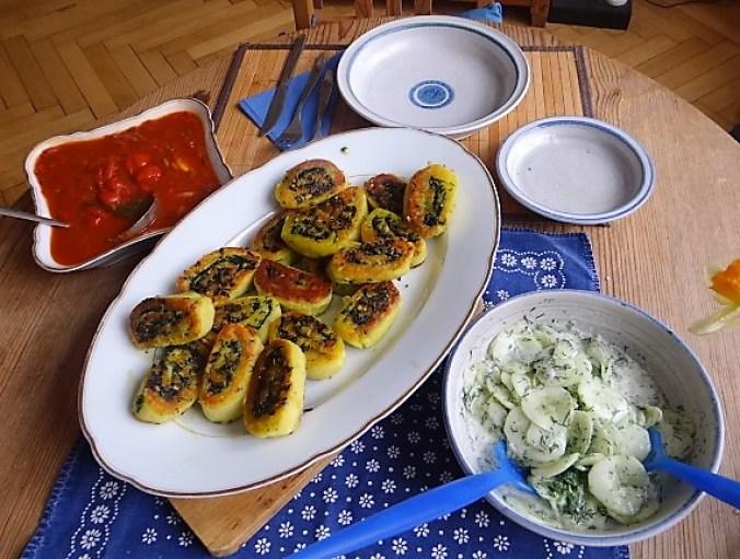 Kartoffelschnecken mit Bärlauch,Tomatensugo, Gurkensalat (23)