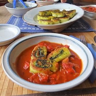 Kartoffelschnecken mit Bärlauch,Tomatensugo, Gurkensalat (26)