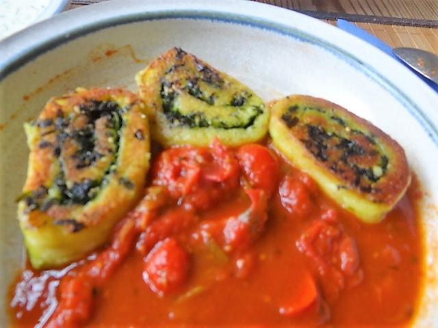 Kartoffelschnecken mit Bärlauch,Tomatensugo, Gurkensalat (4)