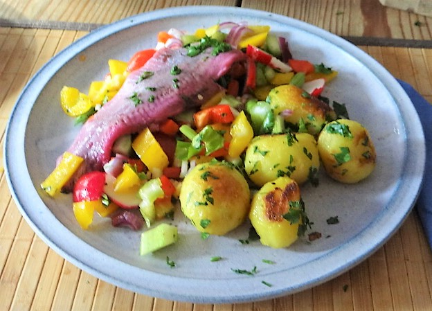 Marinierter Hering,Bunter Salat, Bratkartoffeln (20)
