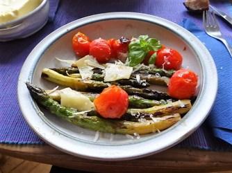 Grüner Spargel mit Tomaten (14b)