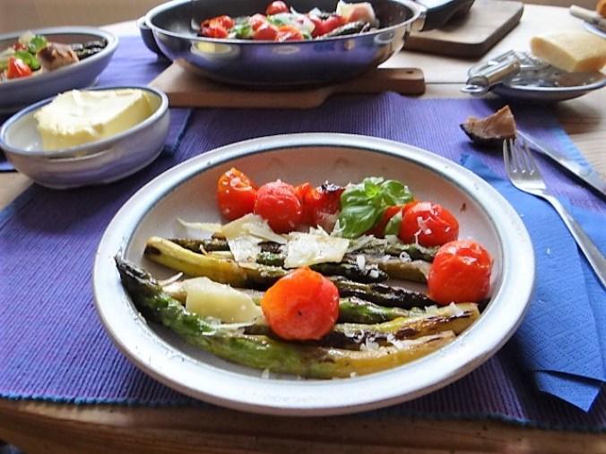 Grüner Spargel mit Tomaten (15)