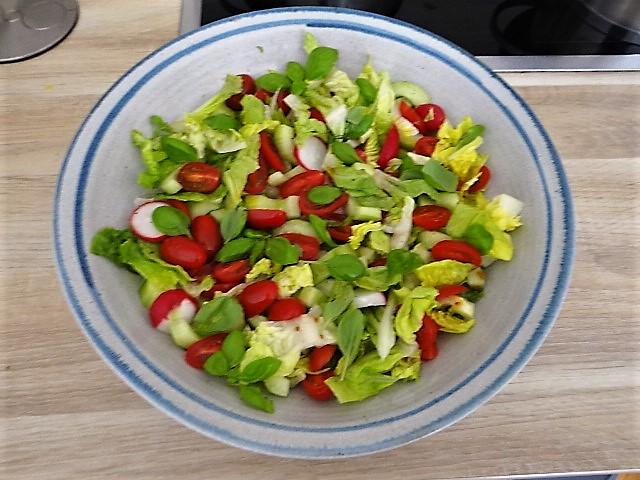 Kohlrabi Gemüse,Kartoffeln,Salat (2)