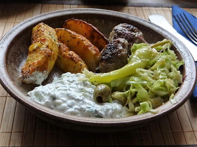 Krautsalat,Tzatziki,Kartoffelspalten,Hackbällchen (1)