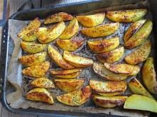 Krautsalat,Tzatziki,Kartoffelspalten,Hackbällchen (23)