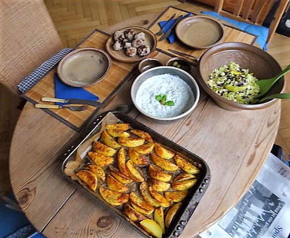 Krautsalat,Tzatziki,Kartoffelspalten,Hackbällchen (4)