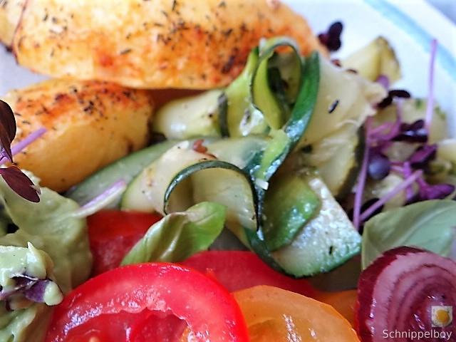 Zucchinisalat,Tomatensalat,Guacamole und Ofenkartoffeln (3)