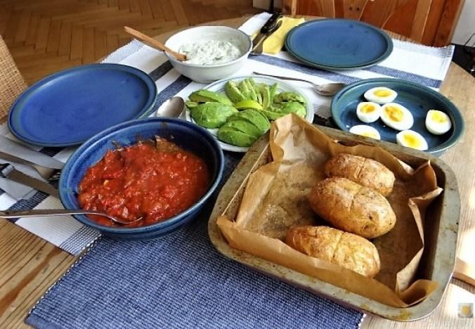 Backkartoffel mit Dip, Tomatensalsa,Avocado und hartgekochten Eiern (12).JPG