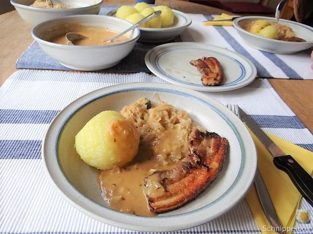Bauchfleisch,Klöße,Sauerkraut,Zwiebelsoße, (16)