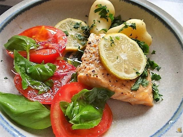 Lachs,Pellkartoffeln,Tomatensalat (4)