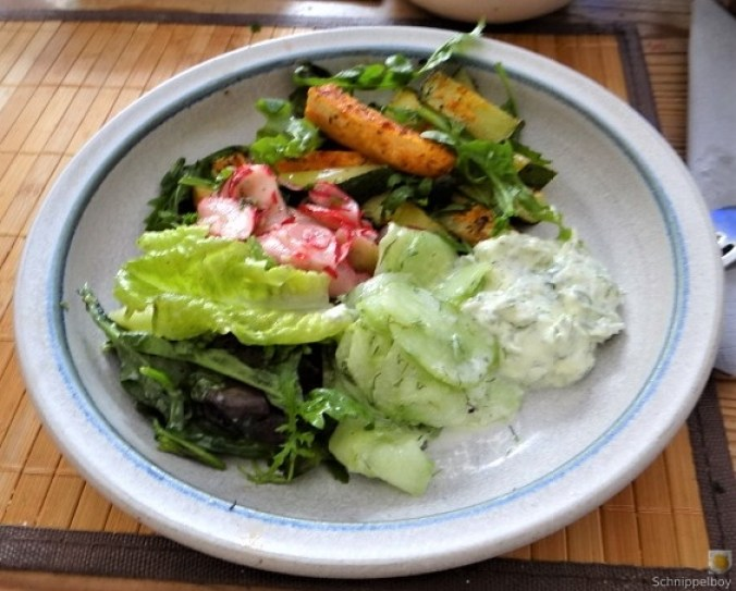 Süßkartoffel und Zucchini aus dem Ofen mit Salaten (1)