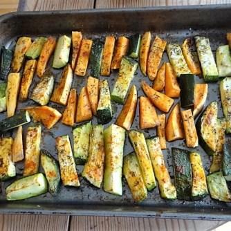 Süßkartoffel und Zucchini aus dem Ofen mit Salaten (10)
