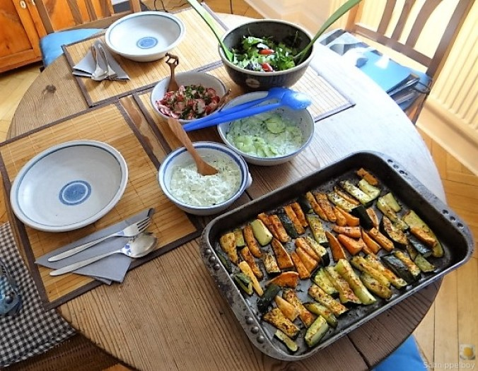 Süßkartoffel und Zucchini aus dem Ofen mit Salaten (15)