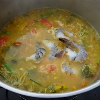 Scharf-Saure Gemüsesuppe mit Garnelen und Lachs (11)