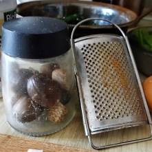 Zucchini und Spinatsauce, gebratene Zucchinischeiben, Erbsenschoten, Eier (10)