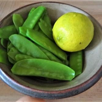 Zucchini und Spinatsauce, gebratene Zucchinischeiben, Erbsenschoten, Eier (11)