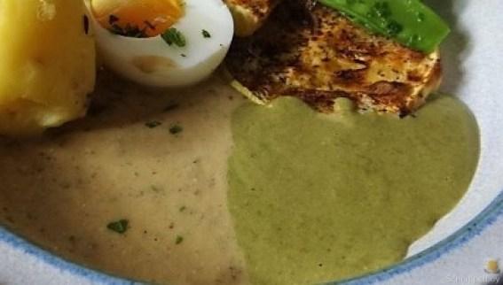 Zucchini und Spinatsauce, gebratene Zucchinischeiben, Erbsenschoten, Eier (3)