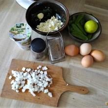 Zucchini und Spinatsauce, gebratene Zucchinischeiben, Erbsenschoten, Eier (8)