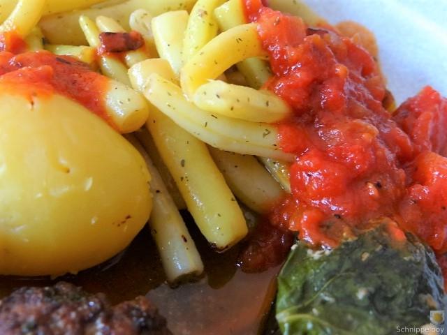 Fleischklößchen ,Tomatensauce, Bohnensalat und Pflaumenkompott (13)