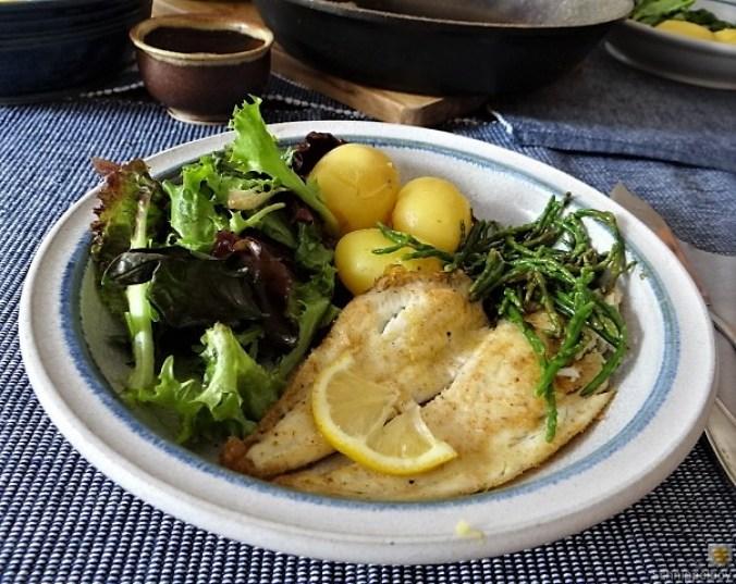 Scholle, Pflücksalat, Queller und Apfelkompott (3)