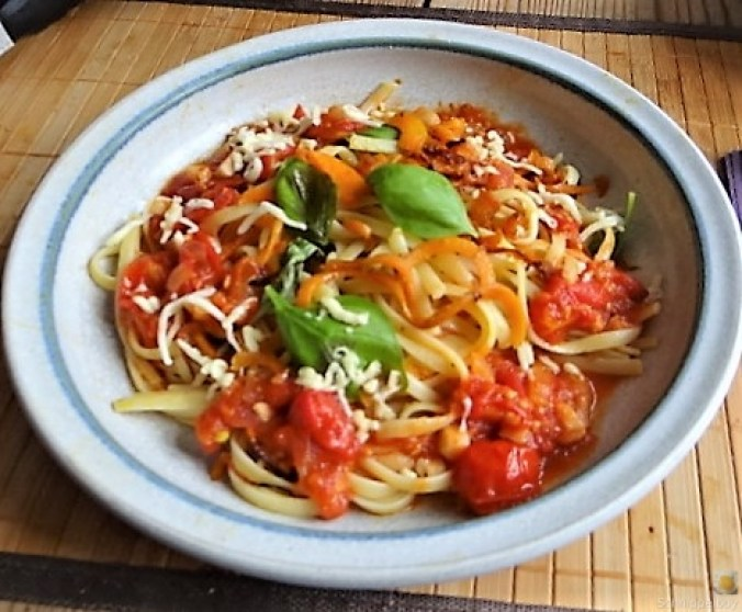 Linguine,scharfe Tomatensauce und Karotten Zoodles (1)