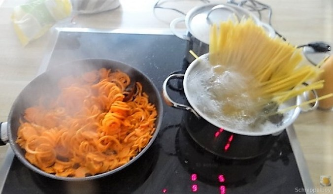 Linguine,scharfe Tomatensauce und Karotten Zoodles (10)