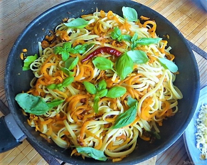 Linguine,scharfe Tomatensauce und Karotten Zoodles (11)