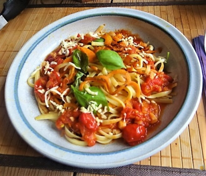 Linguine,scharfe Tomatensauce und Karotten Zoodles (14)