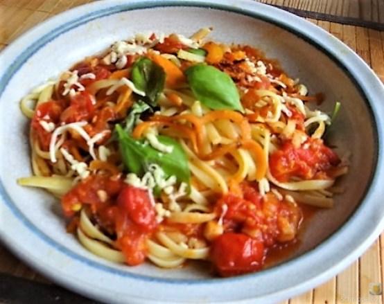 Linguine,scharfe Tomatensauce und Karotten Zoodles (15)