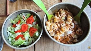Buchweizennudeln in Tomatensauce,Garnelen und Salat (11)