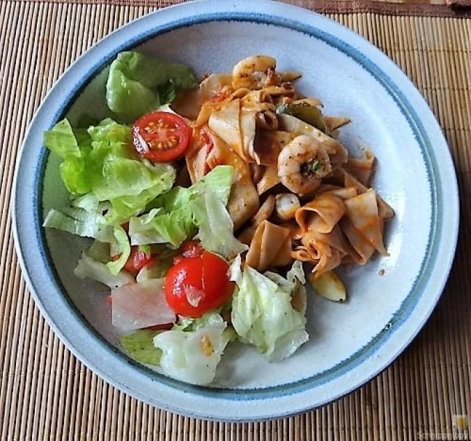 Buchweizennudeln in Tomatensauce,Garnelen und Salat (2)