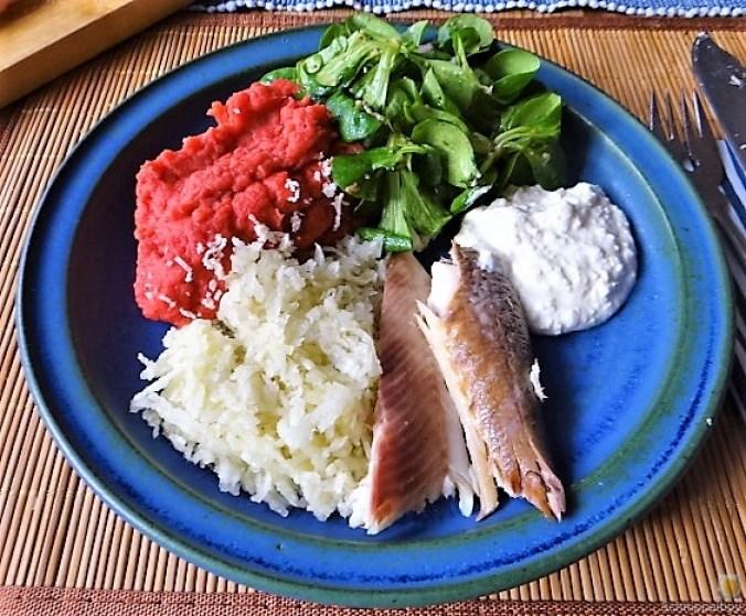 Kartoffel-Rote Bete Brei,Forelle,Makrele,Meerrettich Dip, Salate (18)