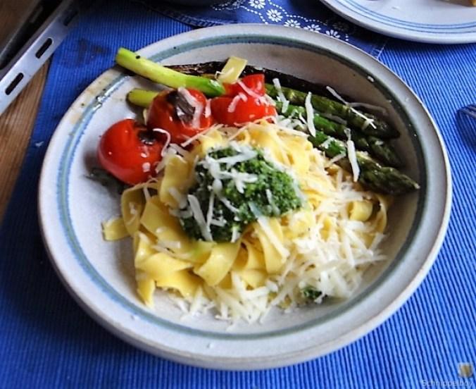 Bandnudeln,grüner Spargel, Tomaten und Bärlauchpesto (1)